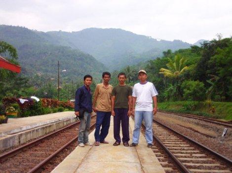 Foto Bareng Pegawai Stasiun Cirahayu